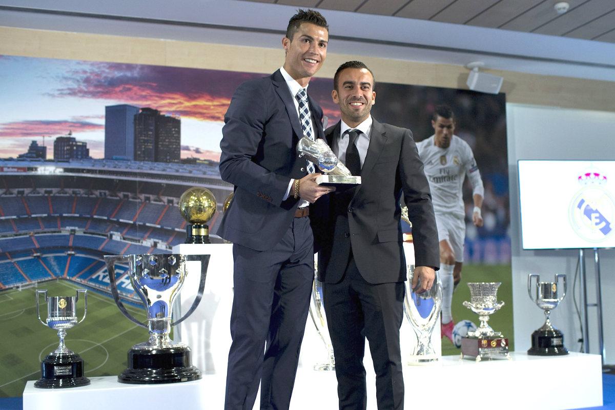 Cristiano posa junto a Mendes y la Bota de Oro de 2015.