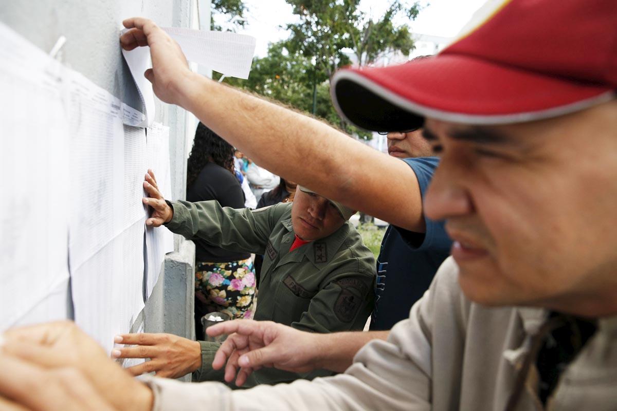 Ciudadanos comprueban información sobre sus puntos de votación en Caracas (Foto: Reuters)
