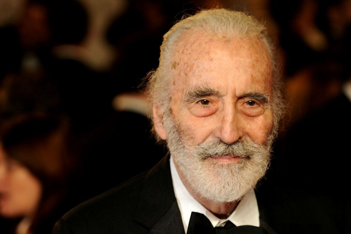El actor británico Christopher Lee interpretó durante muchos años el papel de Drácula en distintas producciones. Su carrera cobró un último impulso con los papeles de villanos en películas como El señor de los anillos con el personaje de Saruman o en Star Wars. Falleció a la edad de 93 años en Londres.