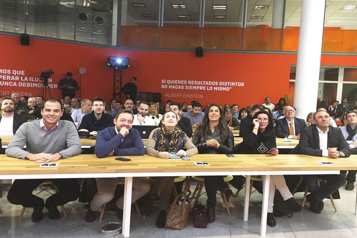 La sede de Ciudadanos repleta de invitados atentos al debate. (Foto: Ciudadanos)