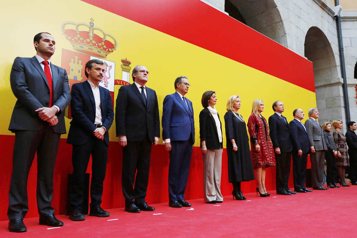 Cristina Cifuentes posa junto al resto de personalidades. (Foto: Comunidad de Madrid)