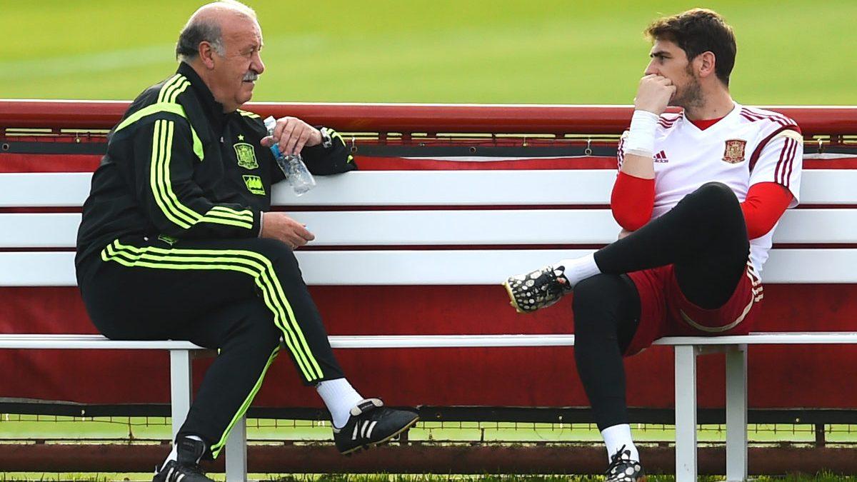 Del Bosque habla con Casillas. (AFP)