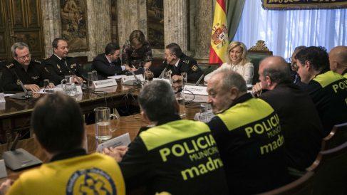 Concepción Dancausa presidiendo la reunión con los servicios de emergencias. (Foto: EFE)