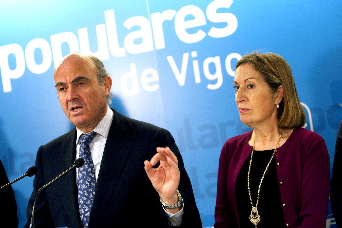 El ministro de Economía, Luis de Guindos, y la ministra de Fomento, Ana Pastor. (Foto: EFE).