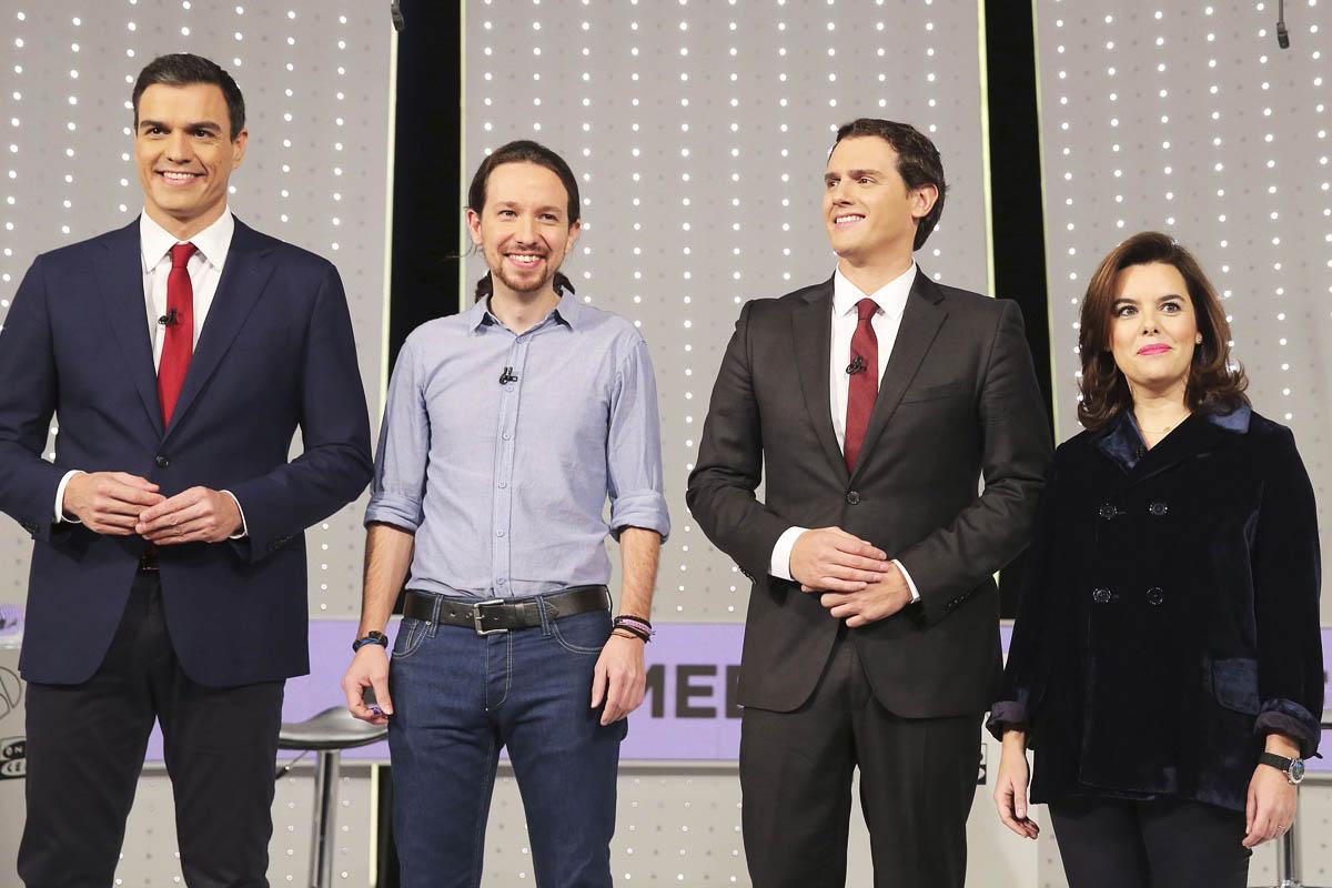 Los cuatro participantes en el debate posan antes de que comiencen las hostilidades. (Foto: EFE)