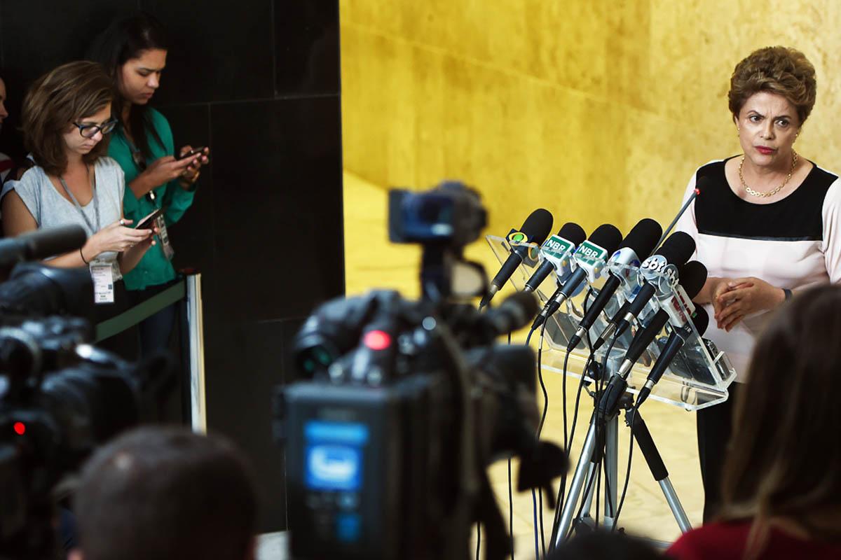 Dilma Rousseff atiende a los medios en Brasil (Foto: AFP)