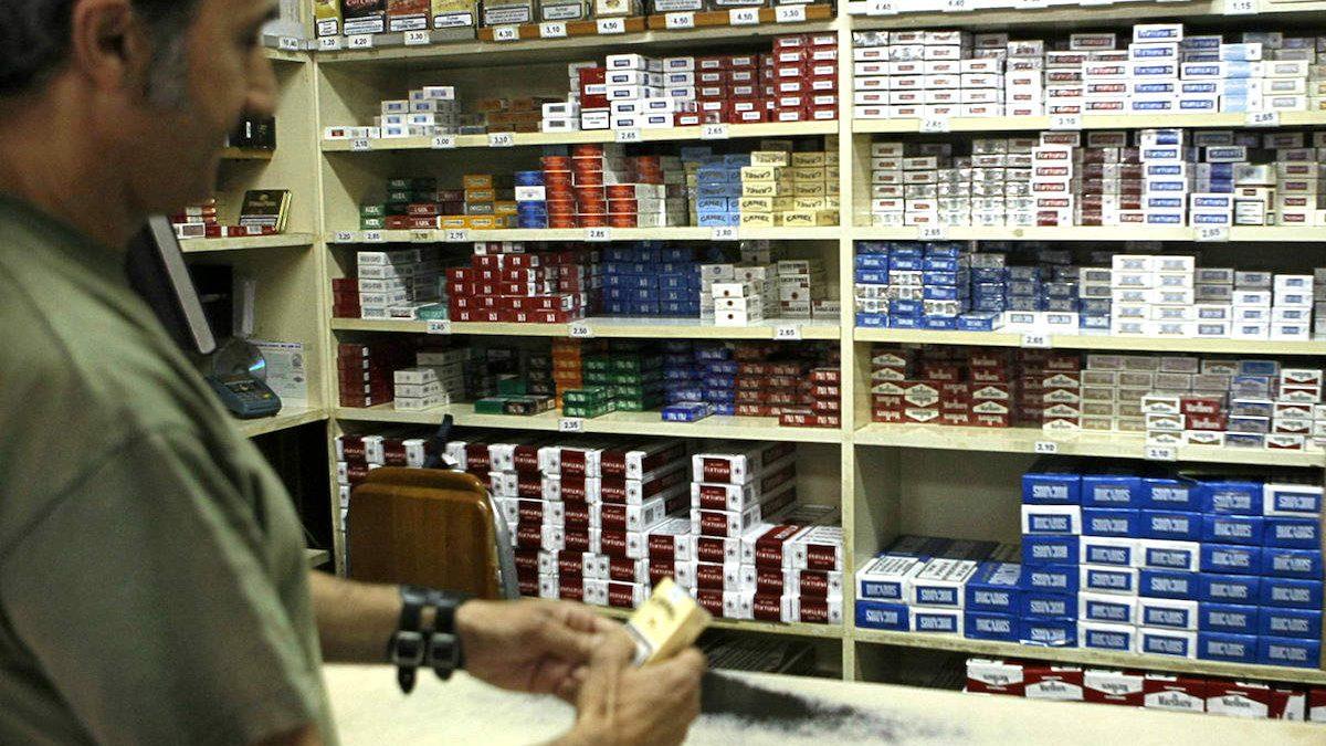 Un cliente de un estanco compra una cajetilla de tabaco. (Foto: EFE)