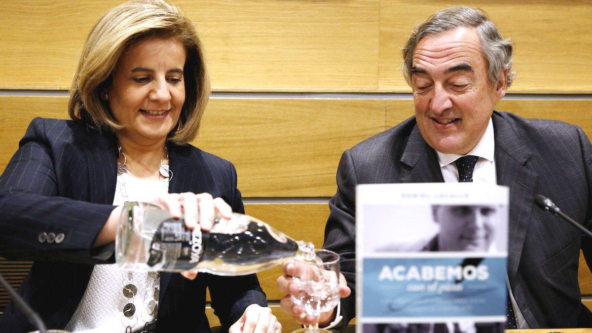 La ministra de Empleo, Fátima Báñez, con el presidente de CEOE, Juan Rosell. (Foto: EFE)