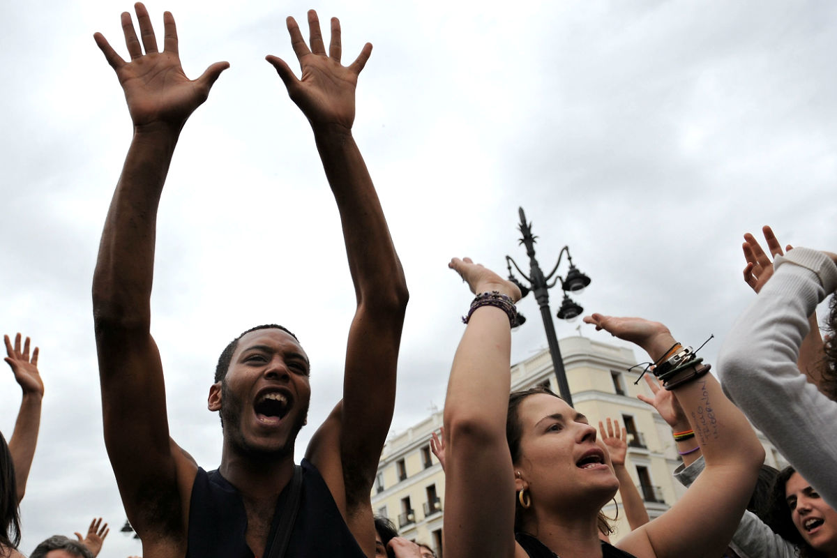 Imágenes de unos jóvenes españoles durante una manifestación por las reformas laborales. (Foto: Getty)