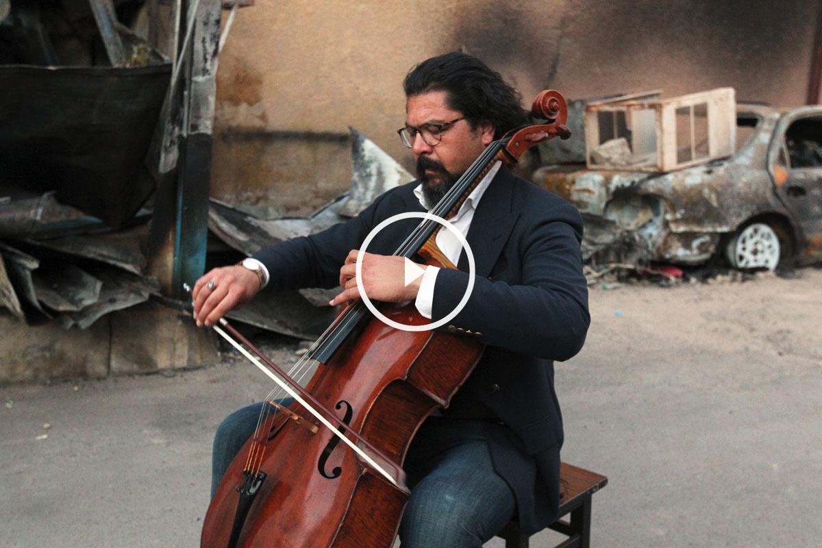 Karim Wasfi tocando su violonchelo en Bagdad. (Foto: AFP)