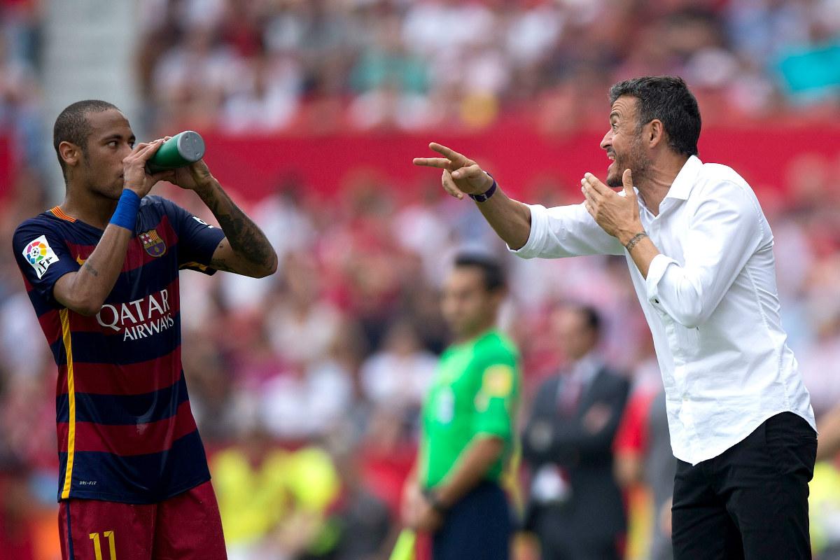 Luis Enrique conversa con Neymar durante un partido de Liga.