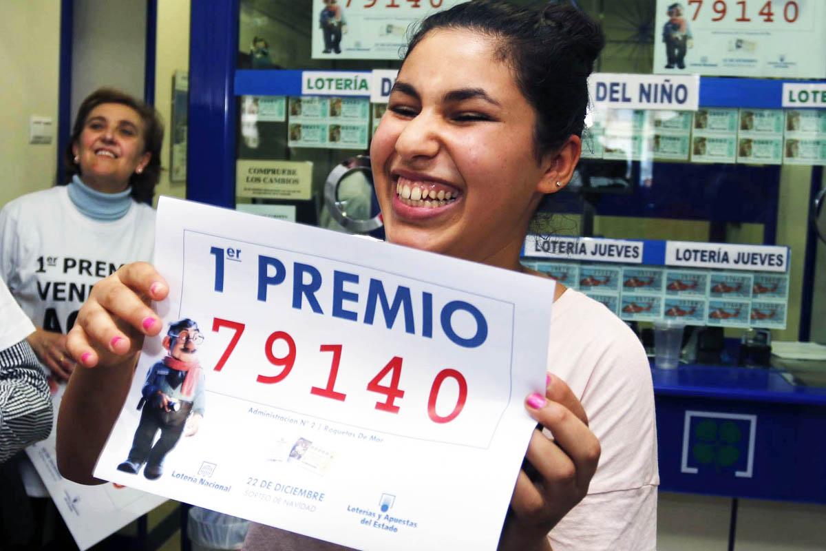 Felicidad en Roquetas de Mar con el premio gordo de la Lotería de Navidad (Foto: EFE)