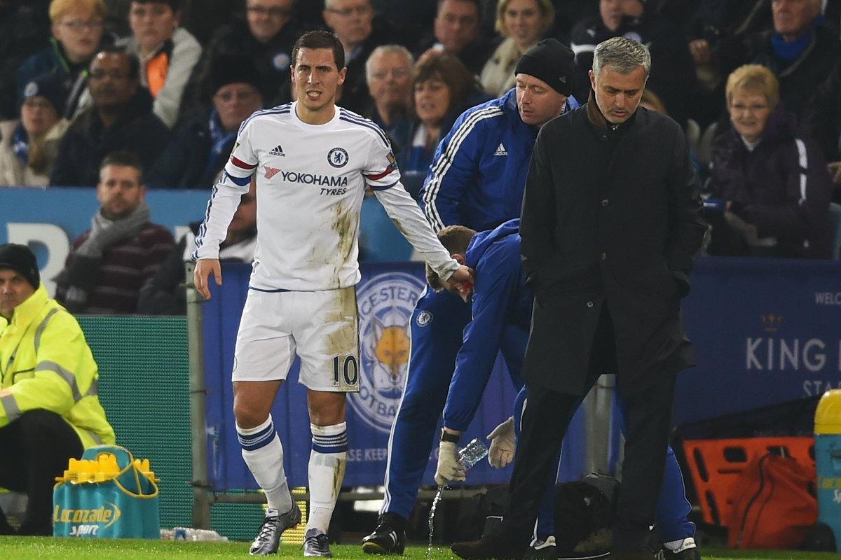 Mourinho, junto a Hazard en el partido de la polémica.
