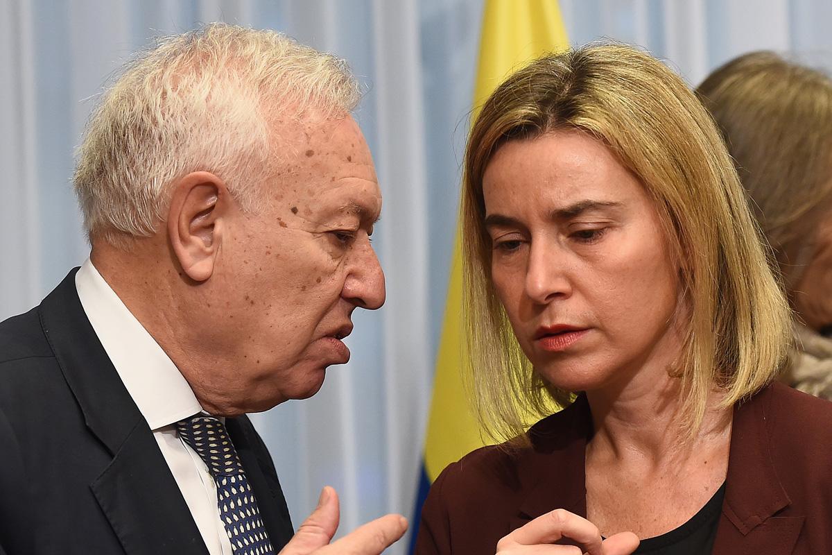 Mogherini conversa con Margallo. (Foto: AFP)