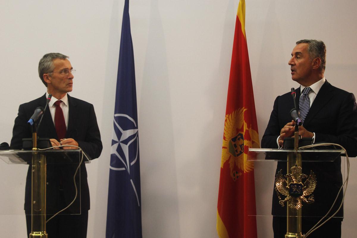 El primer ministro Milos Dukanovic junto al secretario general de la OTAN Jens Stoltenberg el pasado mes en Podgorica (Foto: Getty)
