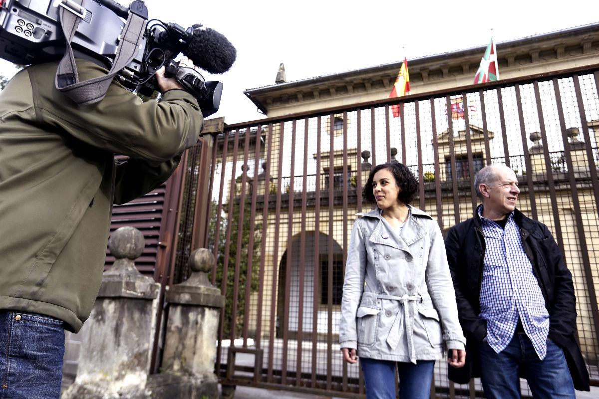 Nagua Alba, nº 1 de Podemos por Guipuzcua en la puerta de la prisión de Martutene. (FOTO:EFE)