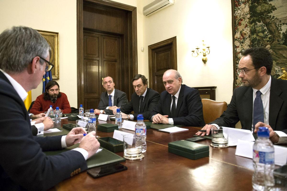 Jorge Fernández Díaz reunido con los integrantes del pacto antiyihadista. (FOTO:EFE)