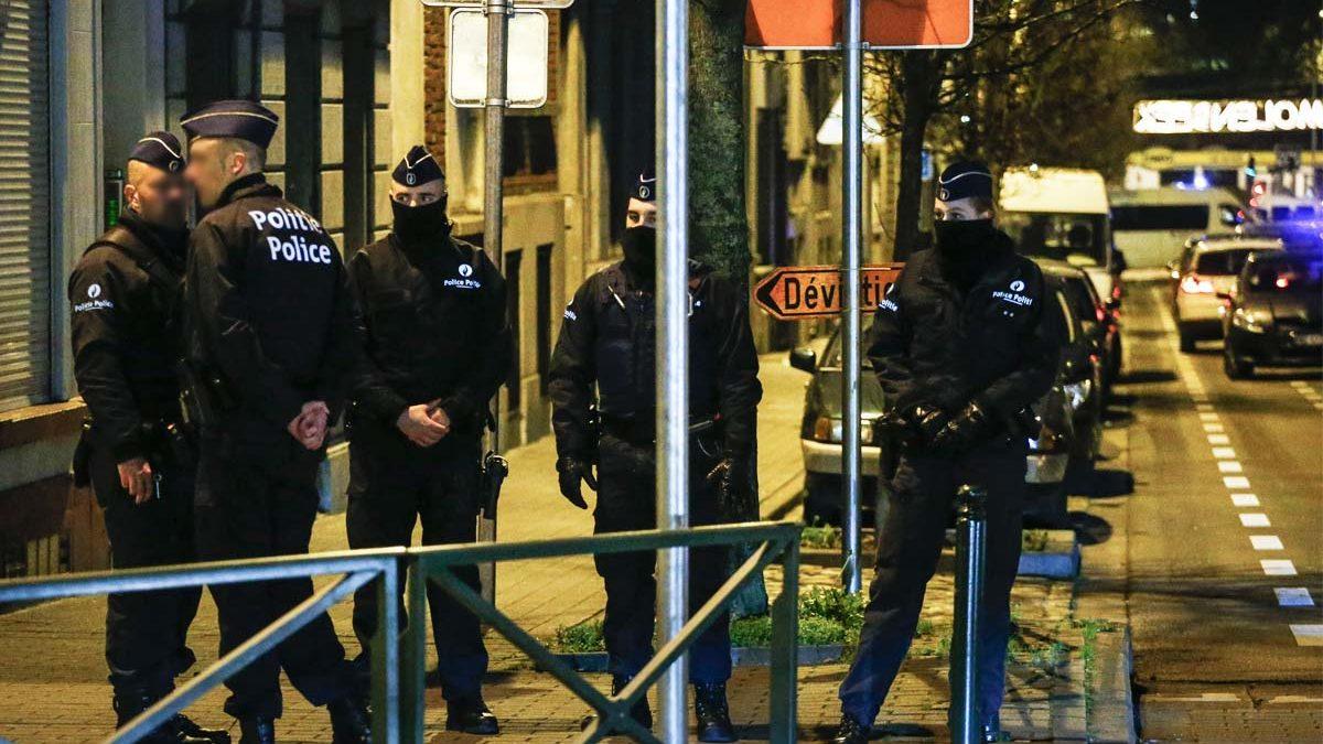 Policías belgas en un operativo que detuvo a seis presuntos terroristas. (Foto: AFP)