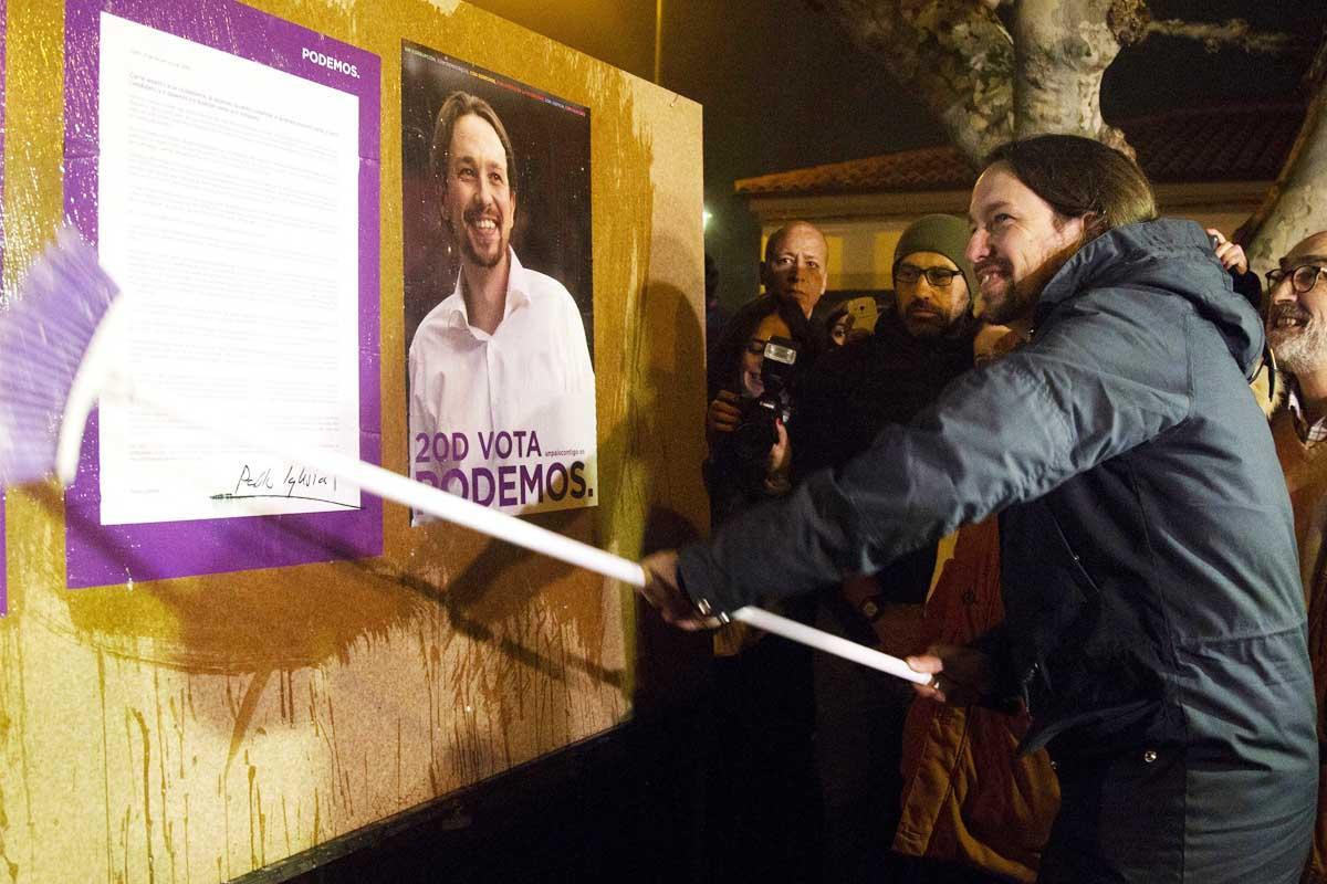 El líder de Podemos, Pablo Iglesias, trasladó la tradicional pegada de carteles de su formación a la localidad zamorana de Villaralbo. (Foto: EFE)