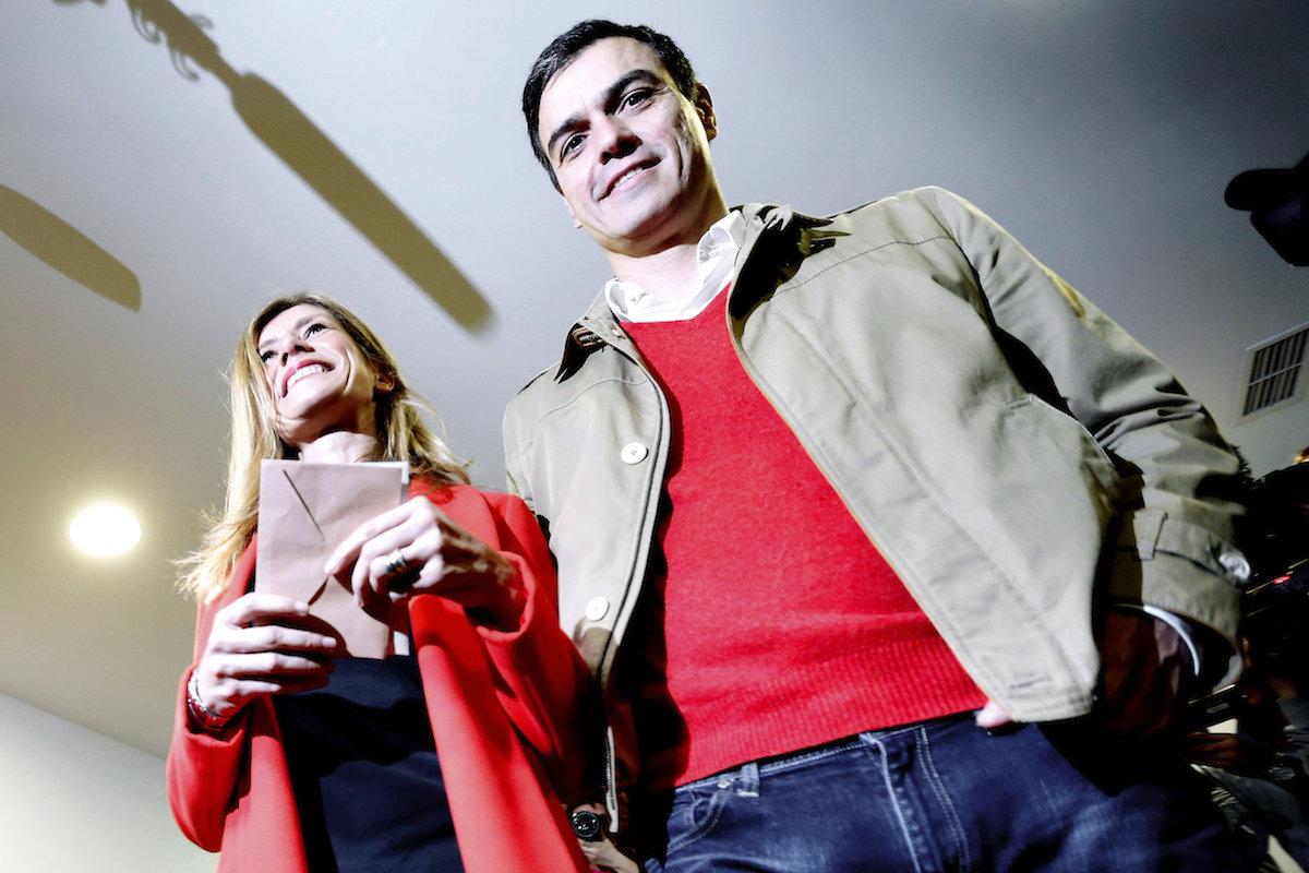 El líder socialista Pedro Sánchez, en el colegio electoral junto a su mujer (Foto: Efe)