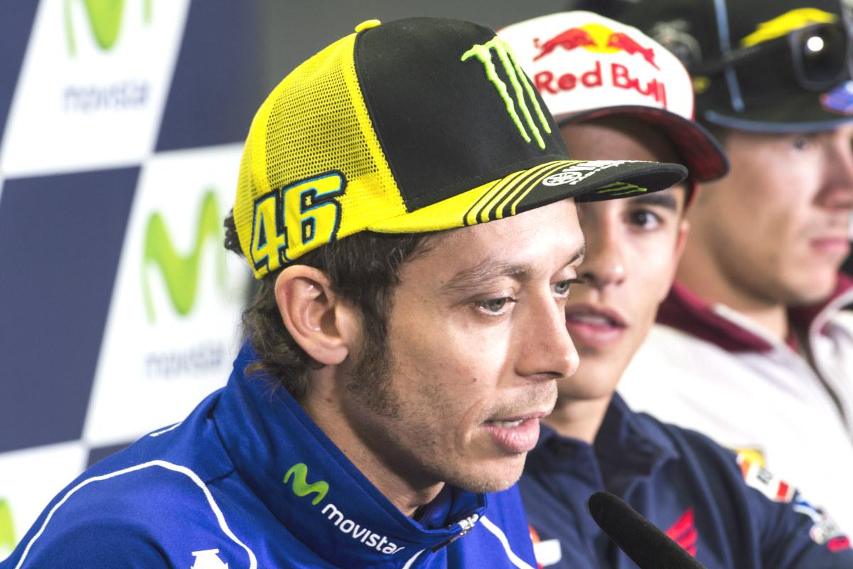 Valentino Rossi, en rueda de prensa ante la mirada de Marc Márquez.