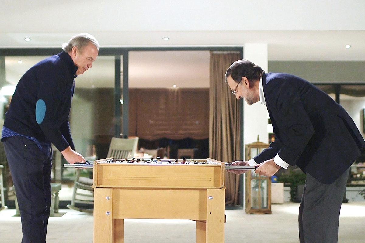 Rajoy y Bertín compartieron charla jugando al futbolín. (Foto: EFE)