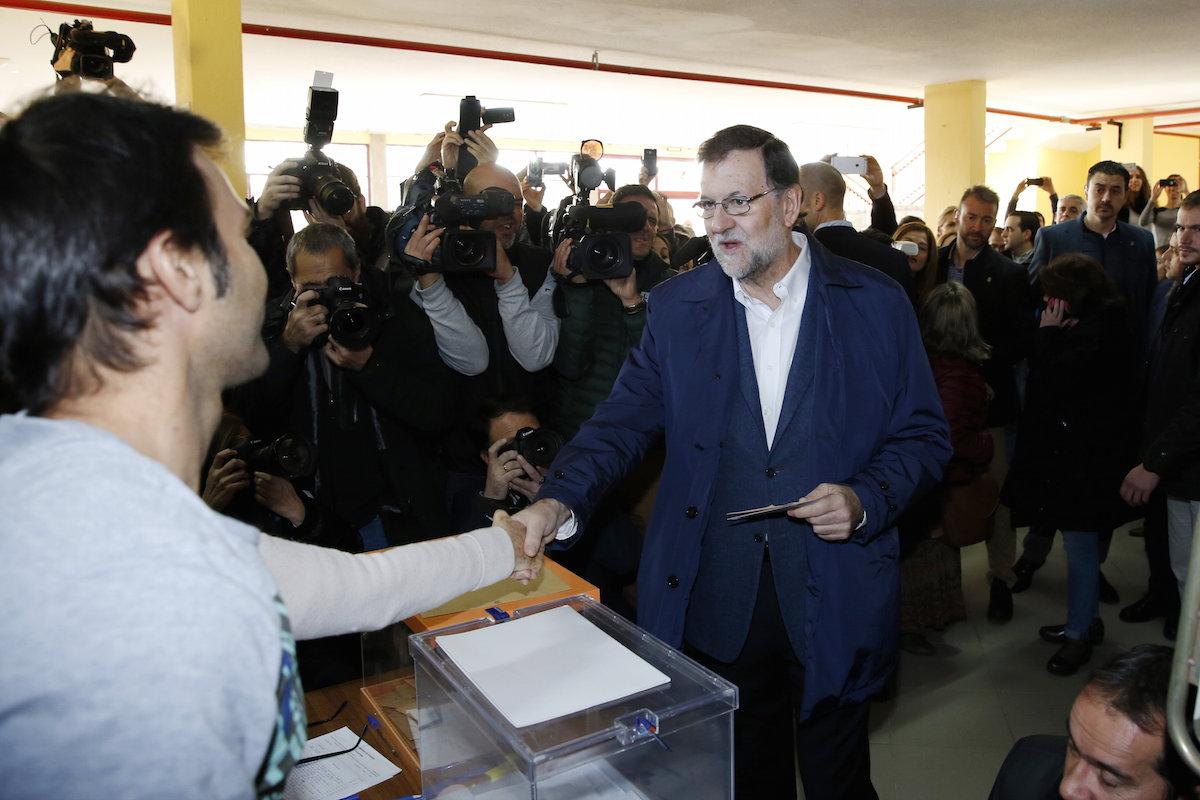El presidente Mariano Rajoy, esta mañana en el colegio electoral (Foto: Efe)