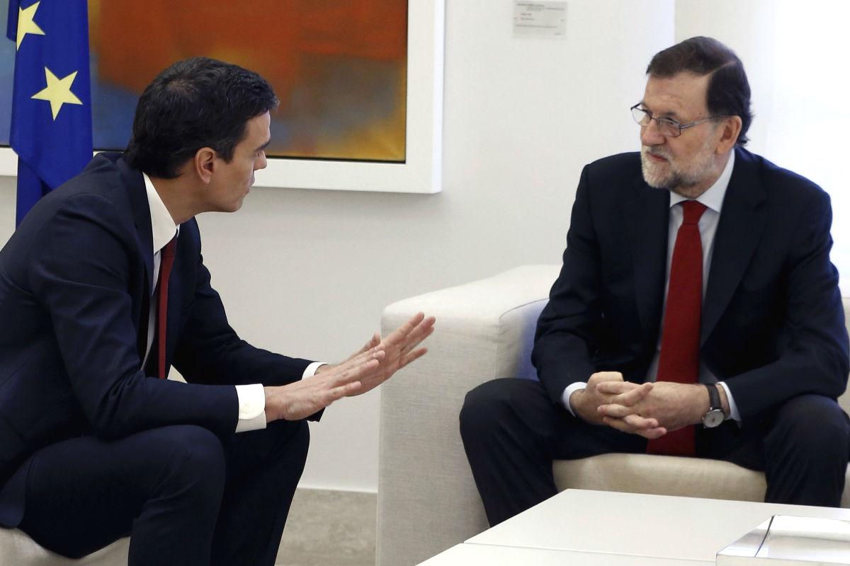 Pedro Sánchez en La Moncloa con Mariano Rajoy. (Foto: EFE)