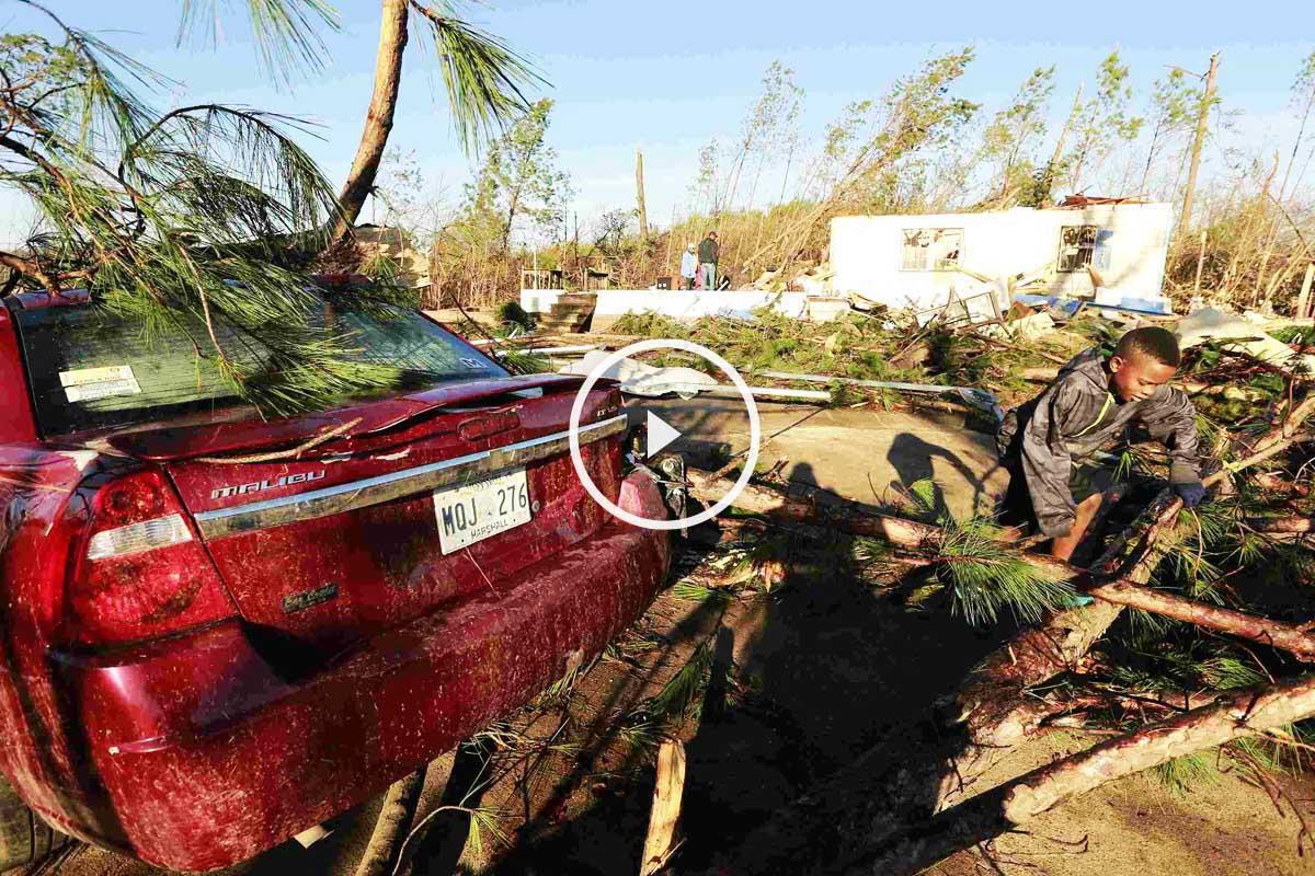 Así quedaron coches y casas en la ciudad de Holly Springs (Mississippi) tras el paso de un tornado. (Foto: Reuters)