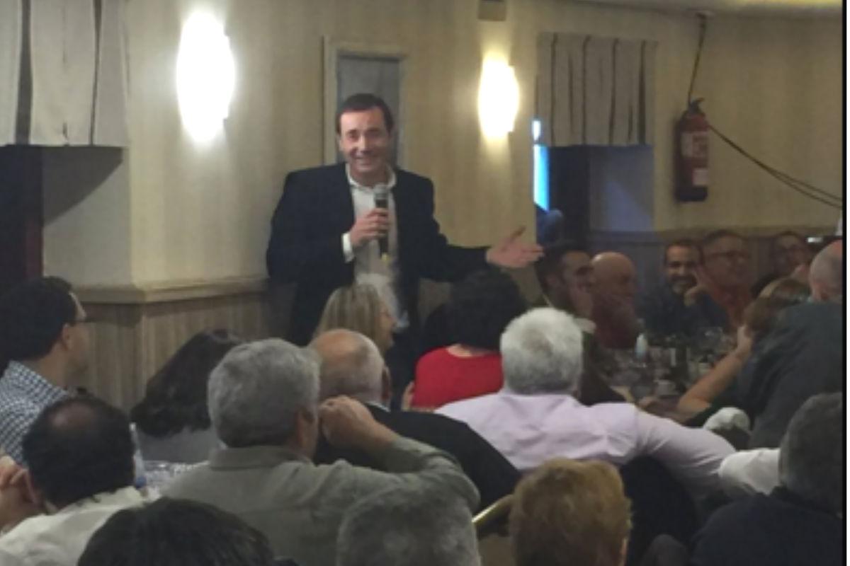 El exsecretario general del PSOE-M, Tomás Gómez, diciendo unas palabras en la cena. (Foto: @susigus)