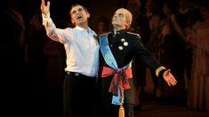 Toni Albà (a la derecha), junto al actor Queco Novell que interpreta al rey Felipe VI en su espectáculo