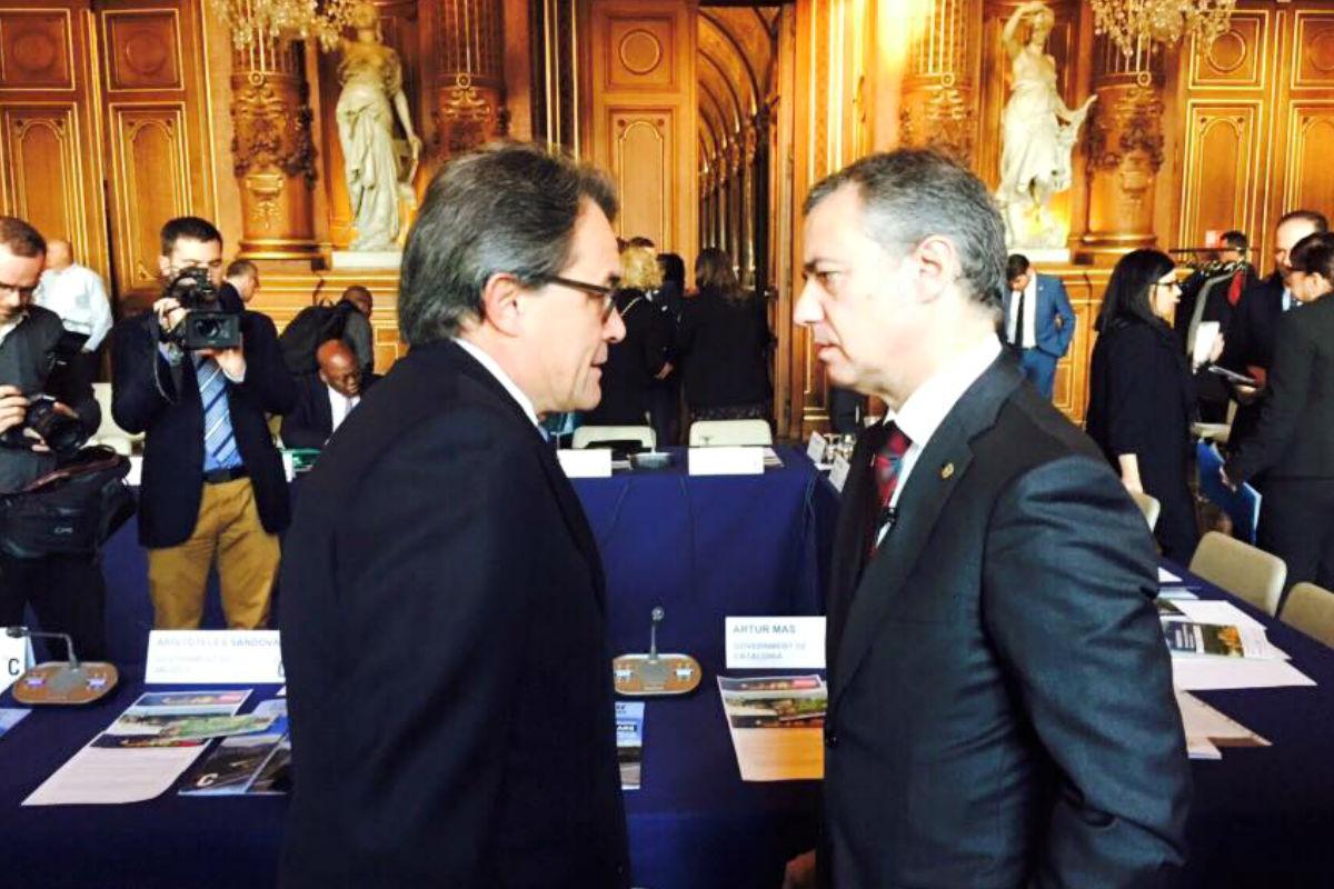 Urkullu y Mas al comienzo de una reunión. (Foto: Facebook de Urkullu)