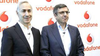 El CEO de Vodafone, Antonio Coimbra (i) y el presidente de de Vodafone, Francisco Román.