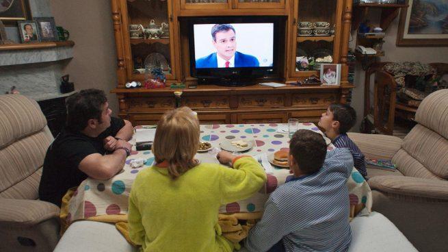 Una familia viendo la televisión. (Foto: AFP)