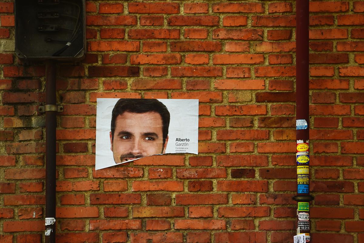 Cartel de Alberto Garzón, candidato de Unidad Popular- Izquierda Unida. (Foto: AFP)