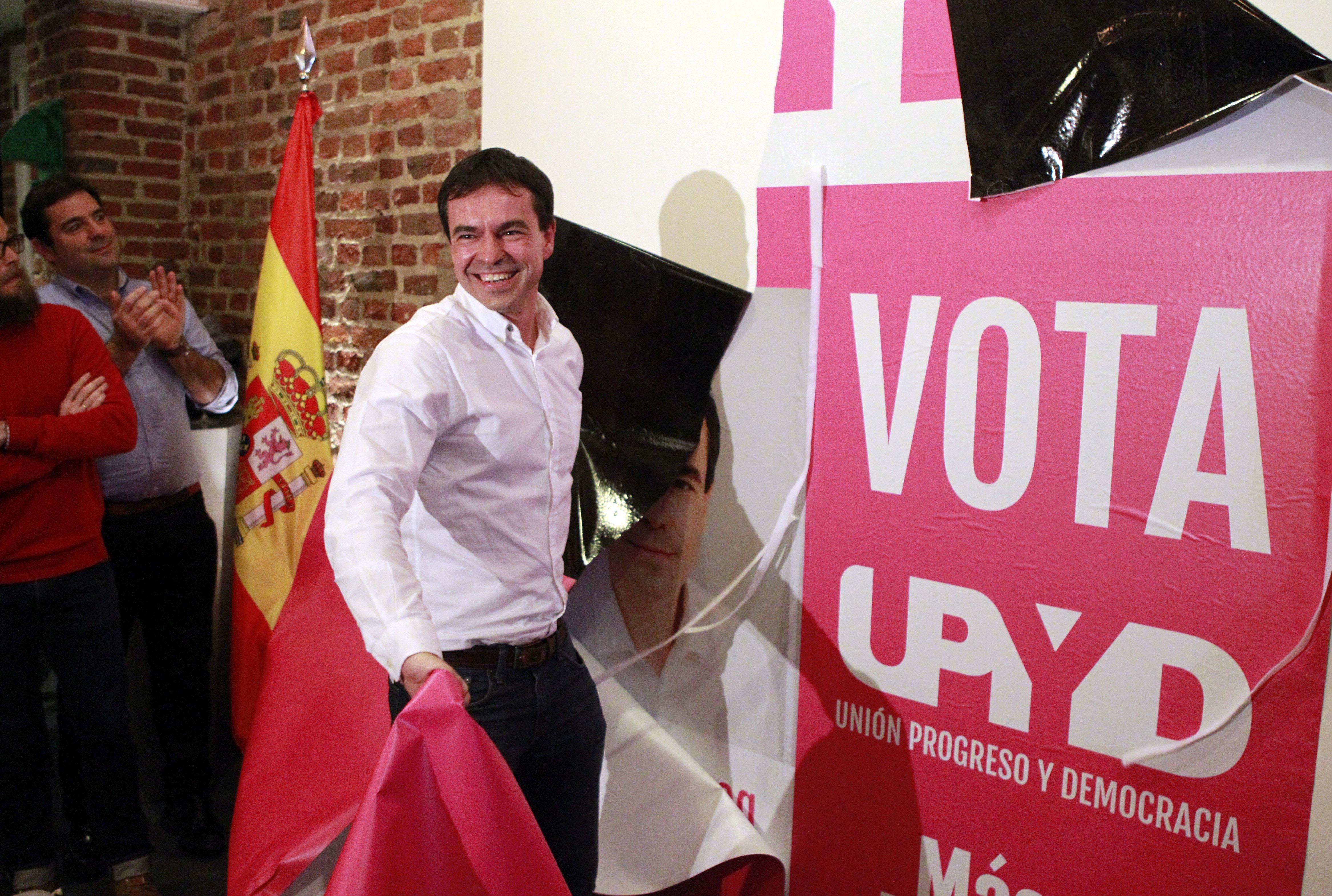 Andrés Herzog en la pegada de carteles de UPyD (Foto: Efe).