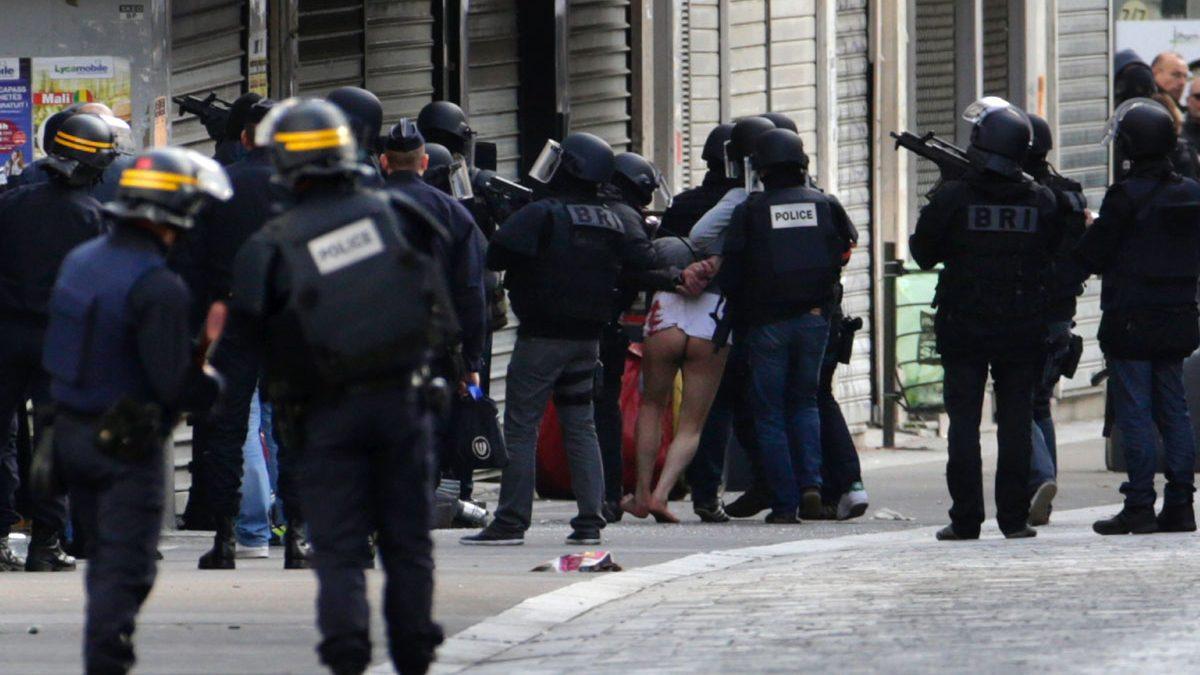 Un yihadista es detenido horas después de los atentados de París en Saint-Denis. (Foto: Kenzo Tribouillard/AFP)
