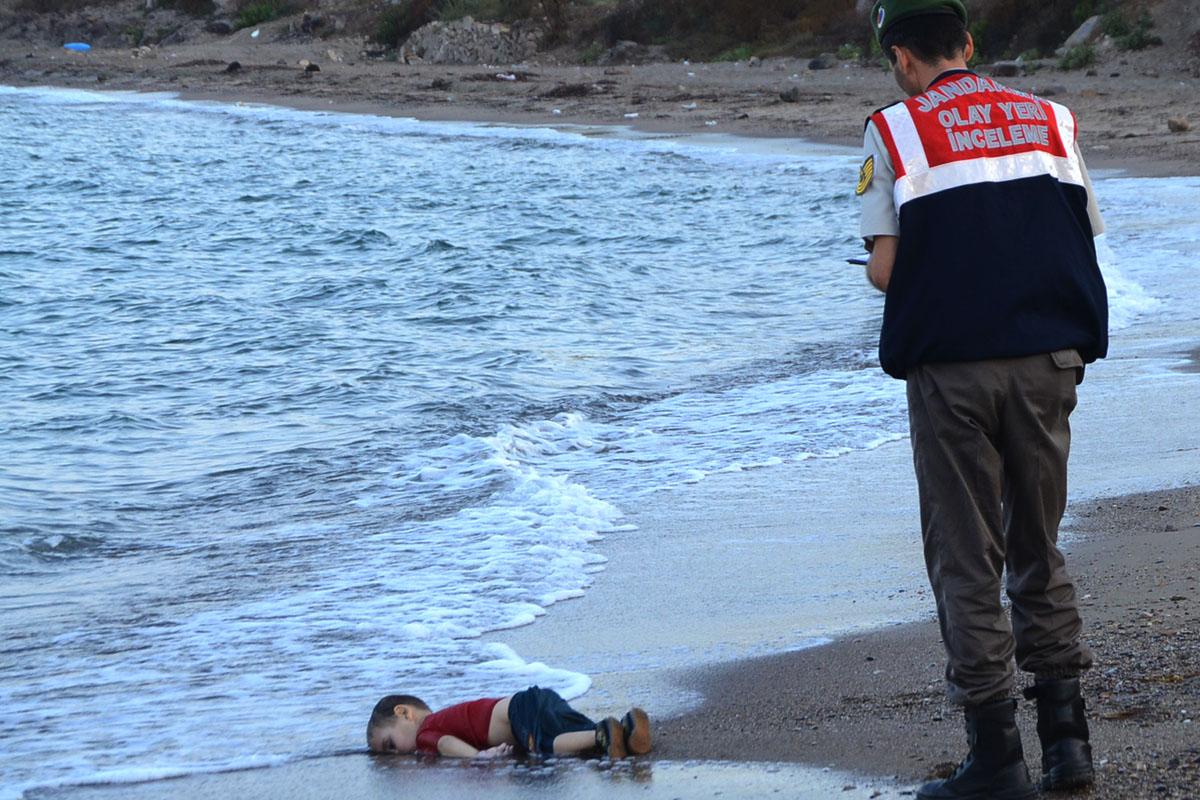 Aylan Kurdi, el niño que protagoniza una de las fotografías de mayor impacto y simbolismo del año. (Foto: Nilufer Demir/Dogan Agency News/AFP)
