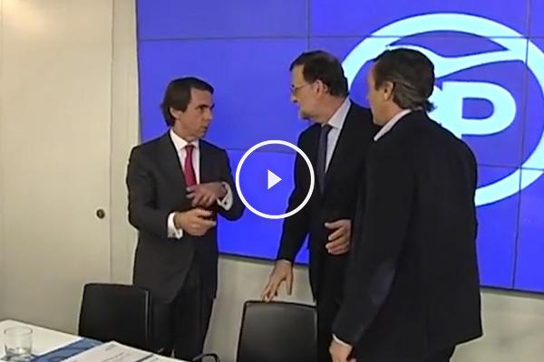 El presidente de honor del PP, José María Aznar, saludando a Mariano Rajoy. (Foto: PP)