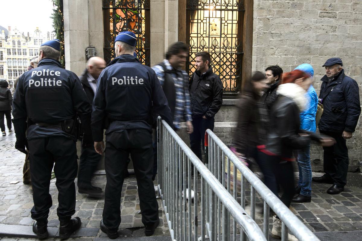Policías belgas en una calle de Bruselas (Foto: AFP)