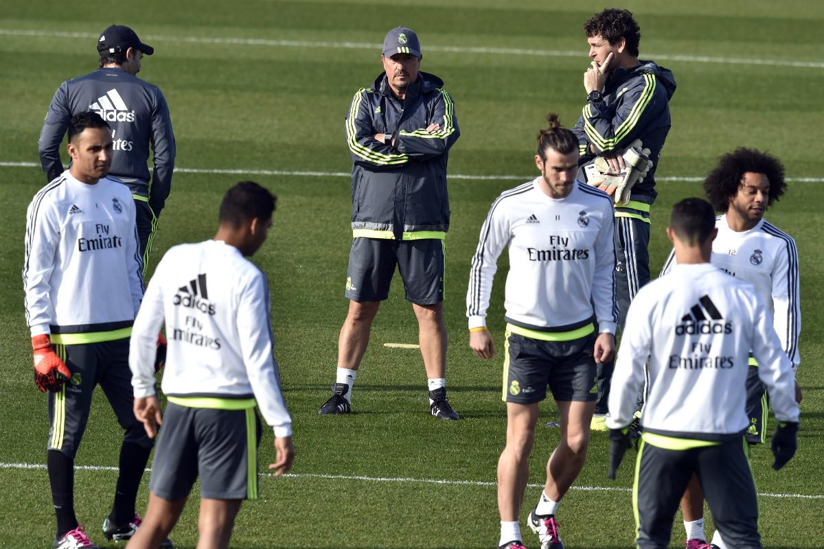 Rafa Benítez observa un entrenamiento de su equipo. (AFP)