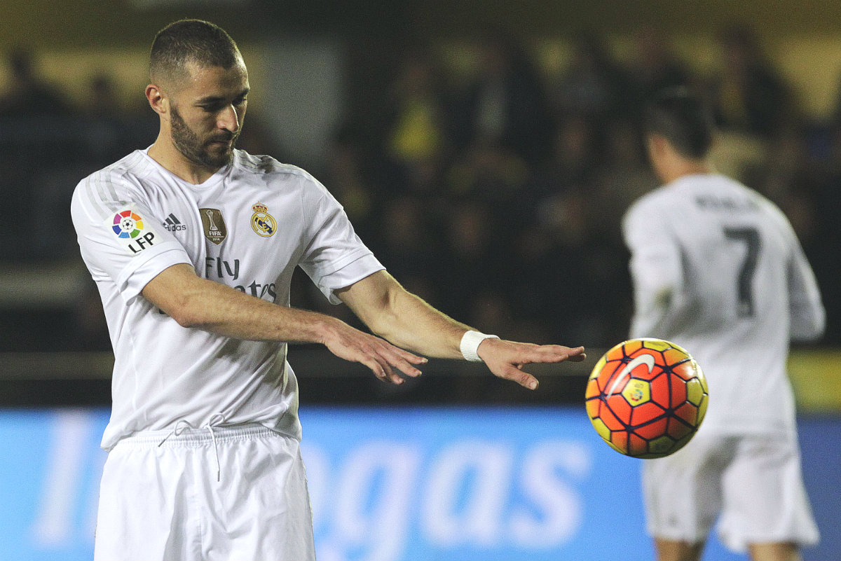 Benzema coge el balón en el partido ante el Villarreal. (Reuters)