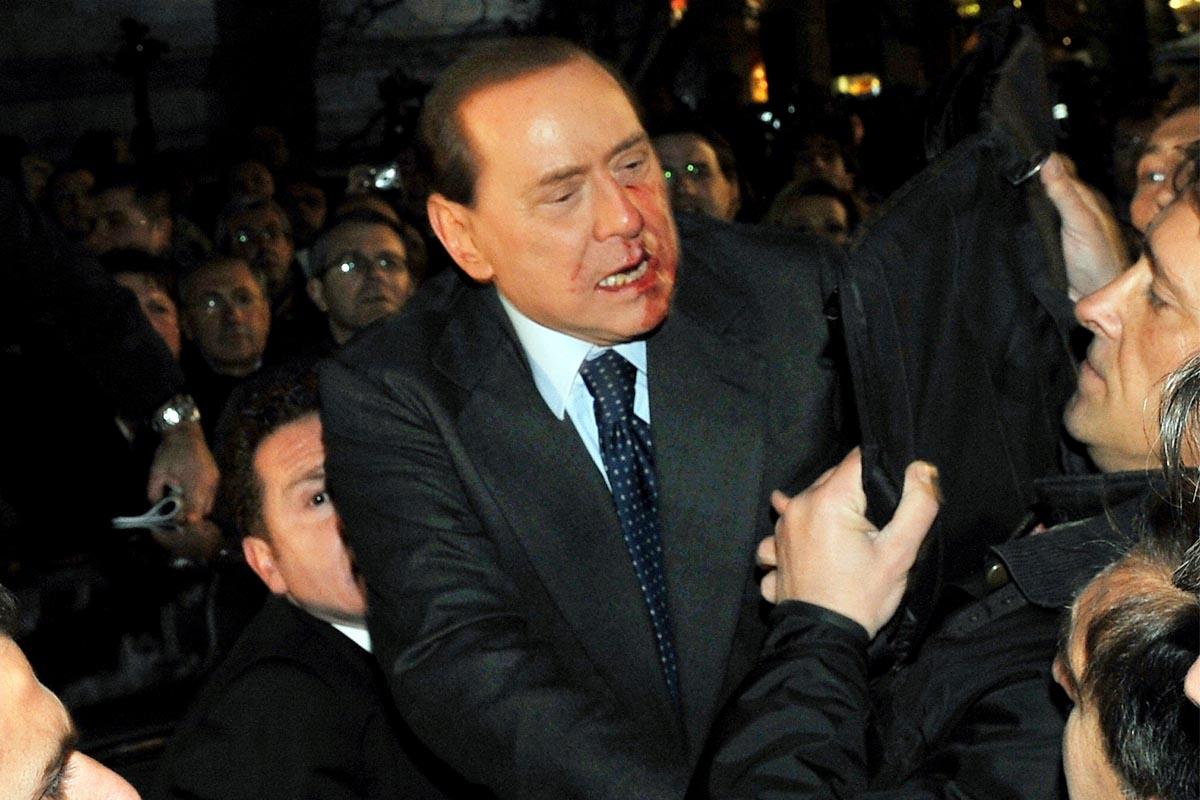 Berlusconi con la cara ensangrentada tras ser agredido. (Foto: AFP)