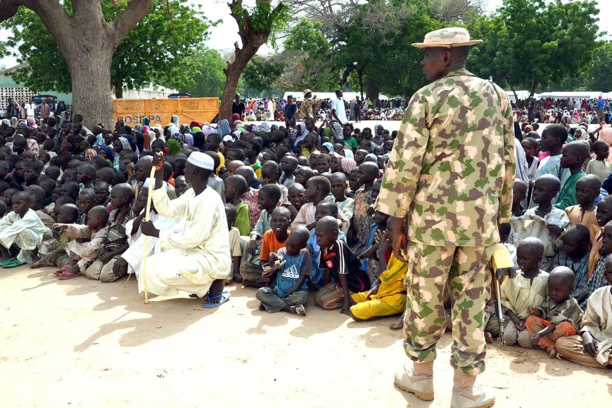 Un soldado del Ejército de Camerún custodia un grupo de personas desplazadas de sus hogares por la violencia de Boko Haram. (Foto: AFP)