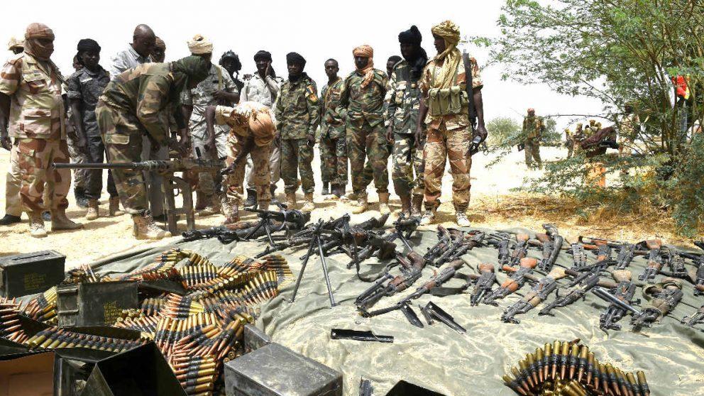 Soldados de Chad vigilan las armas requisadas al grupo terrorista Boko Haram. (Foto: AFP)