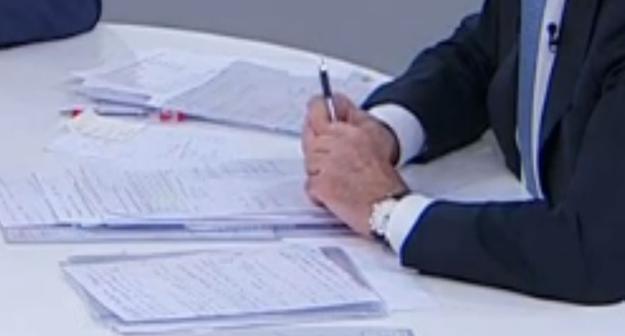 El presidente del Gobierno utilizó dos bolis, el rojo para señalar papeles y el negro para tomar notas.