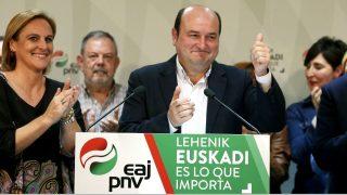 El presidente del PNV, Andoni Ortuzar, celebrando los resultados obtenidos. (Foto: Efe)