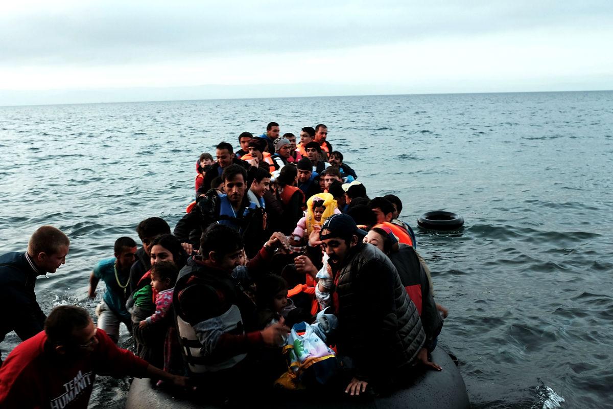Imagen de un grupo de refugiados llegando a las costas turcas. (Foto: Getty)