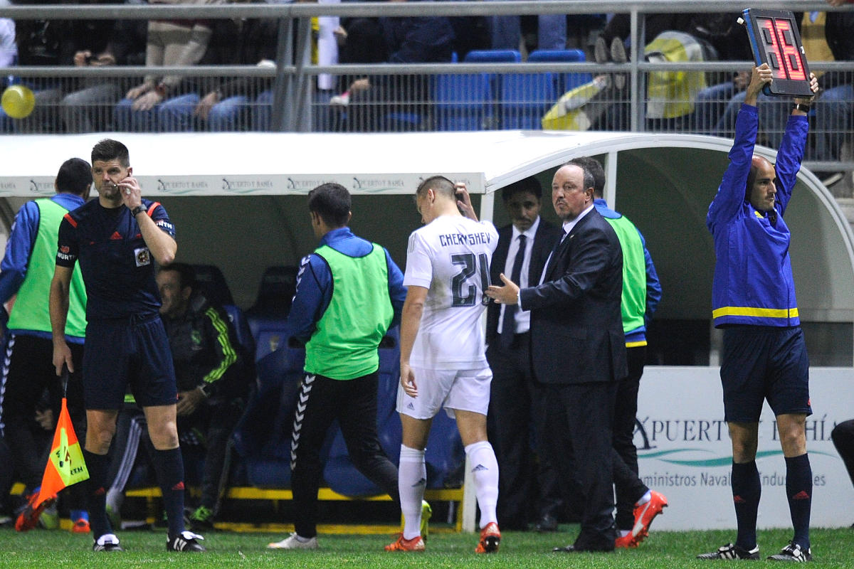 Rafa Benítez saluda a Cheryshev después de sustituirle. (Getty)