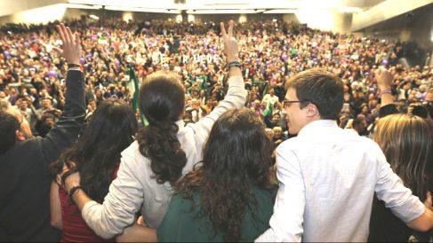 Pablo Iglesias, líder de Podemos, e Iñigo Errejón, secretario de Política, saludan durante un mitin celebrado en Sevilla, capital que Iglesias ha visitado en tres ocasiones durante la campaña electoral.